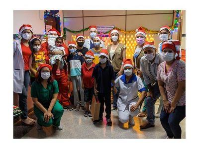 Papá Noel llevó regalos a niños dializados de Clínicas