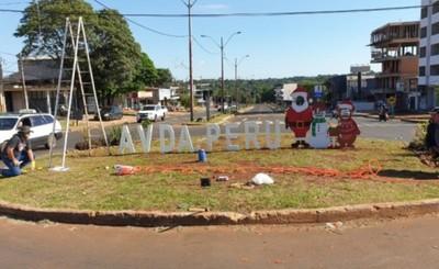 Ultiman arreglos navideños en la Avenida Perú