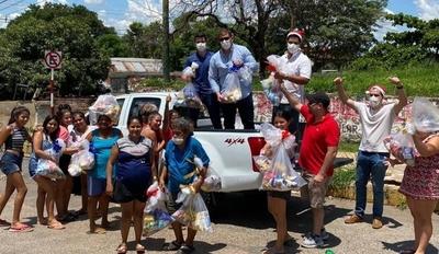 HOY / Jóvenes entregan víveres tras una gran campaña solidaria
