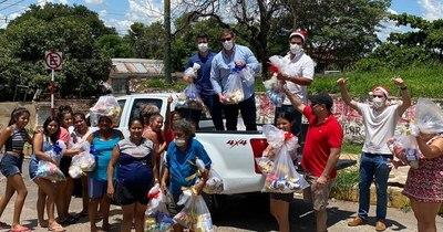 """La Nación / La """"Guardia Joven"""", el grupo solidario que regala sonrisas en Navidad"""