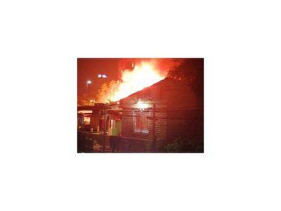 Incendio dejó a pobladores de la Chacarita sin nada
