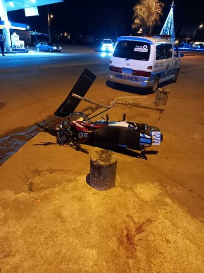 Joven muere tras chocar contra poste de metal