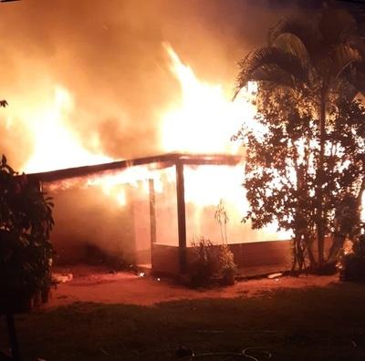 Fuego consume toda una vivienda en San Alfredo