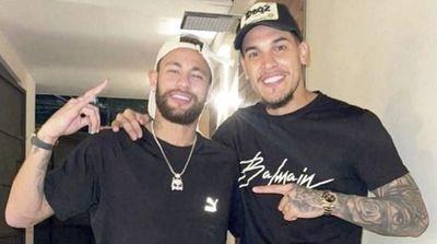 Gustavo Gómez, con el crack Neymar