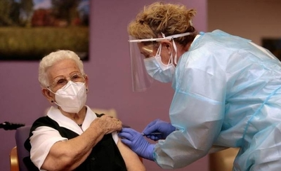 HOY / Una anciana de 96 años es la primera vacunada contra el COVID-19 en España