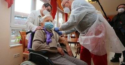 """La Nación / Unión Europea inicia """"esperanzadora"""" campaña de vacunación contra el coronavirus"""
