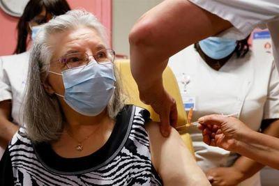 Una anciana de 78 años, primera vacunada en Francia