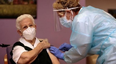 Una anciana de 96 años es la primera vacunada contra el COVID-19 en España