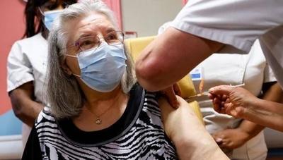 HOY / Una anciana de 78 años, la primera vacunada en Francia