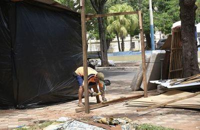 En pocos días, ocupantes ya destruyen las plazas