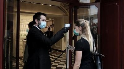 Tras iniciar la campaña de vacunación, Italia reabre los negocios hasta el miércoles