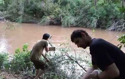 Salvaje actuar del EPP muestra como hacen pasar por el río a un recién nacido en una caja