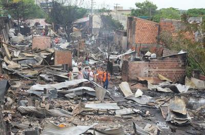 Continúan los trabajos para reubicar a pobladores de la Chacarita tras el incendio