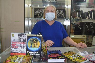 Periodista promociona colección de libros en Encarnación