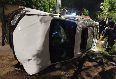 Camioneta vuelca por culpa de feroz desnivel sobre avenida Mariscal López