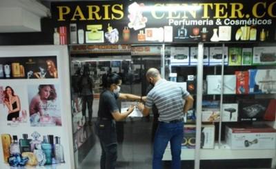 Por presunta estafa y falta de patente clausuran tienda en el centro