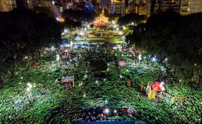 """Aprueban el aborto """"legal, seguro y gratuito"""" en el Congreso argentino"""