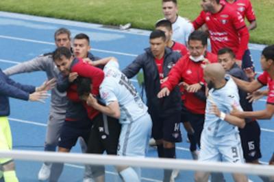 Bolívar-Wilstermann termina en pelea campal y Fidencio Oviedo es protagonista