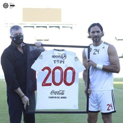 Roque, homenajeado por sus 200 partidos en Olimpia