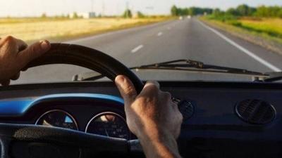 """HOY / Elegir un conductor sobrio, tener """"recambio"""" y no usar el celular: qué tener en cuenta al manejar en ruta"""