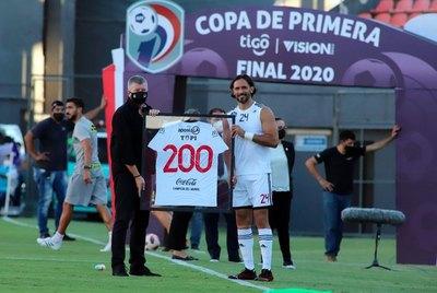 Histórico: Roque fue homenajeado por su partido 200 con Olimpia