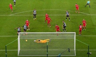 Newcastle resiste al campeón con Almirón en cancha