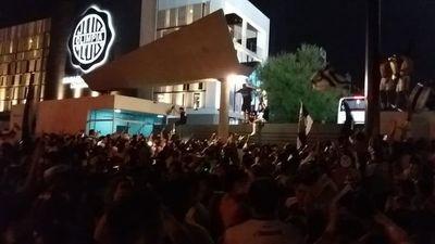 Algarabía franjeada frente a la Villa Olimpia