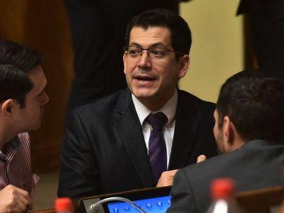 Minuto de silencio  en Diputados crea  polémica y genera críticas a Latorre