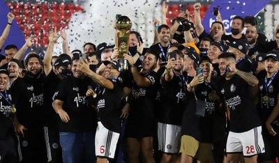 Adiós como campeón: El 'Emperador' recibió la cinta de capitán y alzó el Clausura 2020