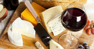 Comer queso y beber vino es bueno para el cerebro según la ciencia