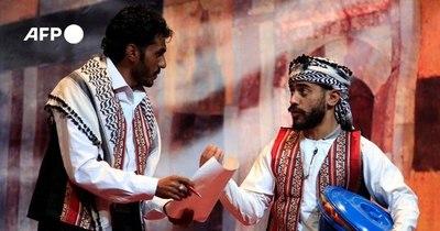 La Nación / Un grupo de teatro devuelve la sonrisa en un Yemen en guerra