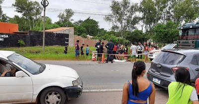 La Nación / Niño arrollado en Ypané sigue tendido en el pavimento, autoridades no llegan