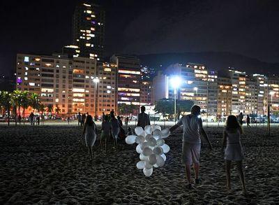 Brasil recibe 2021 con una playa de Copacabana casi vacía