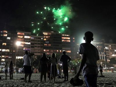 En Brasil reciben el 2021 sin fuegos pirotécnicos y playas casi vacías
