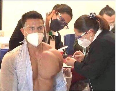 Crónica / Doctor que peló cuero al vacunarse oñeaproblemá