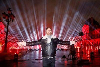 David Guetta despidió el año con un imponente concierto benéfico en el Louvre