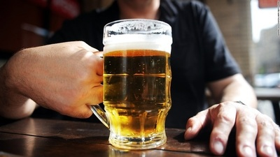 COVID-19: el riesgo a complicaciones aumenta con cada vaso de alcohol
