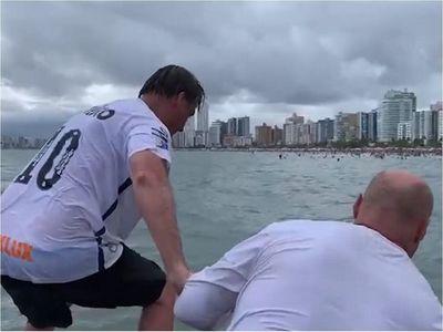 Bolsonaro causa polémica al provocar un tumulto en una playa