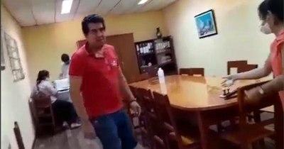 La Nación / Concejal denuncia agresión de intendente de San Roque