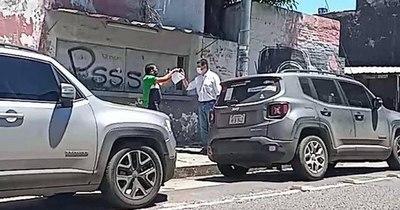 """La Nación / Escrachan a Alegre por avalar acuerdos al """"estilo mafioso"""""""