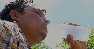 La Nación / Recuerdan que con el calor es importante hidratarse con agua, frutas y verduras