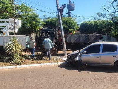 Automóvil  choca contra columna y conductora sale ilesa