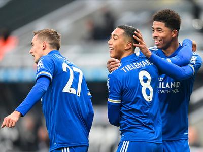Leicester vence a Newcastle y se acerca a los líderes