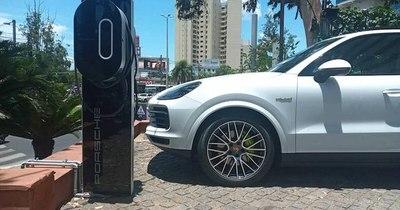 La Nación / Diesa instala cargadores eléctricos Porsche en espacios estratégicos