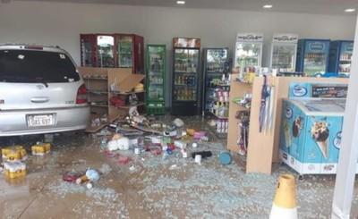 Perdió el control y destrozó tienda de una estación de servicios