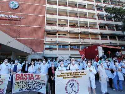 Descontrataciones en IPS están vinculadas a la protesta y huelga de residentes · Radio Monumental 1080 AM