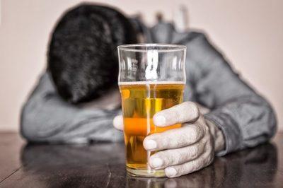 Consumo excesivo de alcohol aumenta riesgo asociado al Covid-19 · Radio Monumental 1080 AM