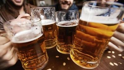 HOY / Consumir más de dos latas de cerveza o media copa de vino al día, debilita el sistema inmune