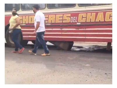 El colmo: colectivo perdió su tanque de combustible en pleno movimiento