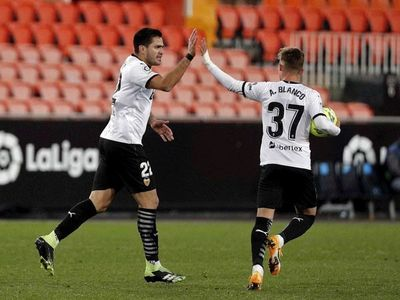 Valencia salva un punto ante un buen Cádiz en defensa